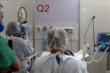 Le bilan de la pandémie de COVID-19: plus de 520000morts)