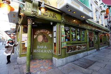 La réouverture des pubs repoussée à Dublin)