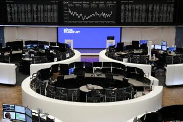 Les Bourses mondiales lestées par les craintes inflationnistes)