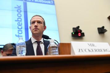 Zuckerberg «recherché» par ungroupe l'accusant d'être un«voleur denouvelles»)