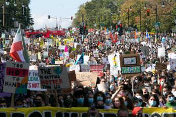 Des milliers de personnes à la marche pour le climat à Montréal )