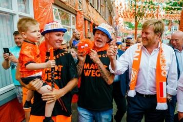 Euro Le roi des Pays-Bas oublie à nouveau la distanciation sociale)