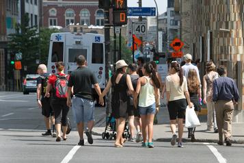 Traverser la rue diffère à Montréal et à Québec
