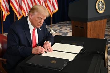 Trump promulgue un nouveau plan d'aide à l'économie par décret)
