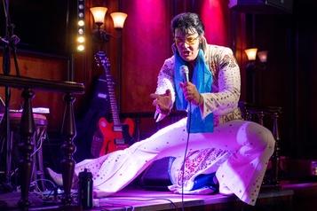 Un imitateur chante du Elvis pendant 50heures pour battre un record)