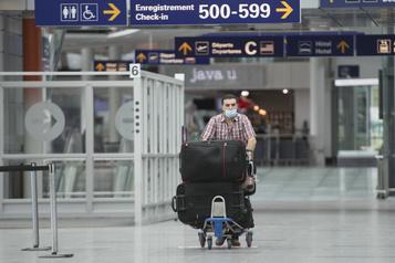 Des masques et peu d'inquiétude à l'aéroport Trudeau)