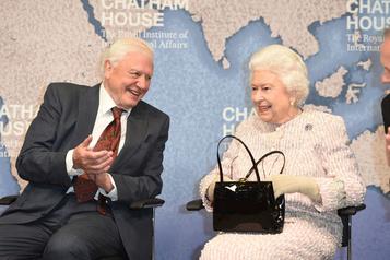 La Reine récompense David Attenborough pour sa série Blue Planet