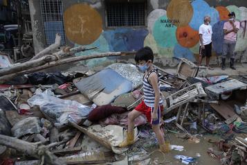 Le bilan du typhon aux Philippines s'alourdit à 27 morts)