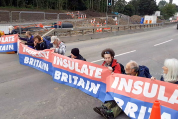 Des militants écologistes bloquent le périphérique de Londres)