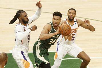 NBA Les Bucks réduisent l'écart dans la finale contre les Suns)