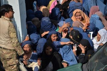 Combats armés et bousculade sanglante en Afghanistan)