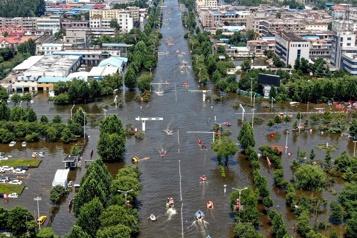 Inondations en Chine Le bilan monte à 71 morts, les habitants se recueillent)