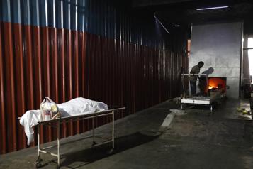 COVID-19 : les crématoriums de l'Inde croulent sous les morts)