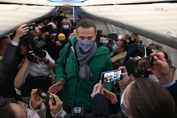 Cinq mois après son empoisonnement L'opposant Alexeï Navalny en route vers Moscou)