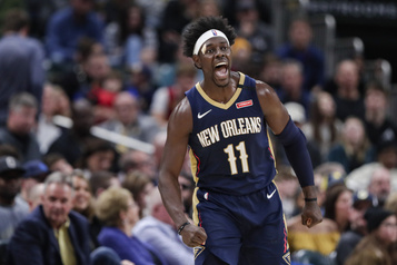 Les Bucks de Milwaukee obtiennent le garde Jrue Holiday)
