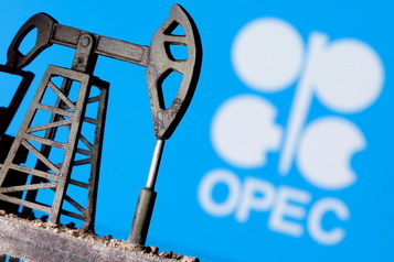 Le pétrole se replie