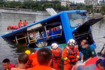 Chine: 21 morts quand un autobus plonge dans un lac, un acte délibéré du chauffeur)