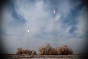 Exercices militaires en Iran Des missiles balistiques tirés sur des cibles en mer)