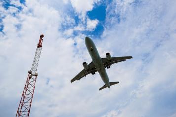 Le premier avion de réfugiés afghans est arrivé)
