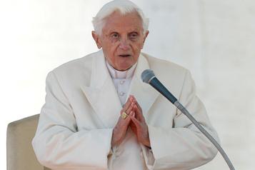 Vatican: l'ex-pape BenoîtXVI retire son nom d'un livre controversé