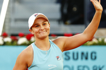 Ashleigh Barty bat Iga Swiatek et passe en quarts à Madrid)
