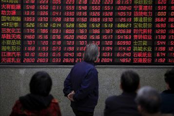 Les bourses chinoises creusent leurs pertes dans un contexte d'incertitude accrue)