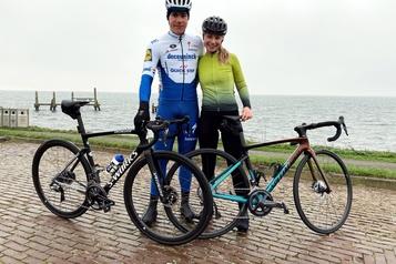 Grièvement blessé en août, Fabio Jakobsen remonte sur un vélo)