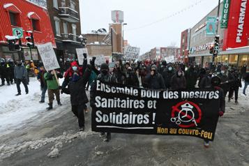 Des opposants au couvre-feu manifestent à Montréal)