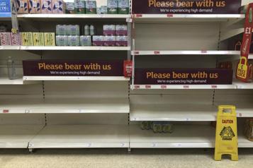 Cas contacts au Royaume-Uni Les supermarchés se vident à cause de la «pingdemic»)