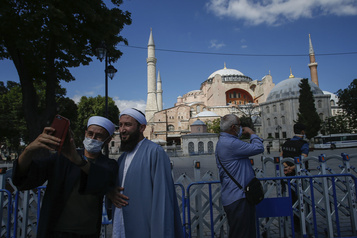Turquie: Sainte-Sophie ouverte aux visiteurs en dehors des heures de prières musulmanes)