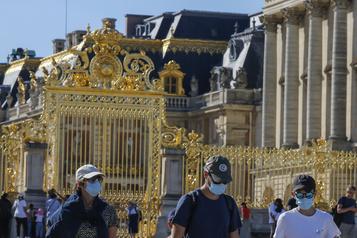 Sans touristes étrangers, la fréquentation de Versailles «s'écroule»)