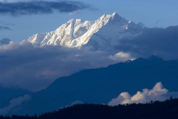 COVID-19 La Chine va marquer sa frontière au sommet de l'Everest)