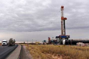 Le pétrole profite d'un dollar plus faible et de stocks en baisse)