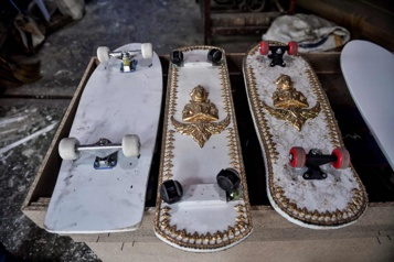 Thaïlande Des planches à roulettes décorées comme des cercueils)