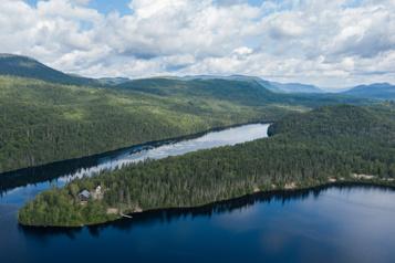 Projet d'aire protégée de la rivière Péribonka Québec annule les coupes forestières)