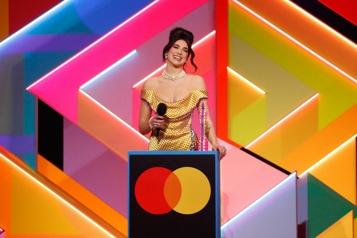 La chanteuse Dua Lipa domine les Brit Awards)