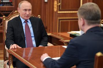 Vladimir Poutine réapparaît en réunion au Kremlin)