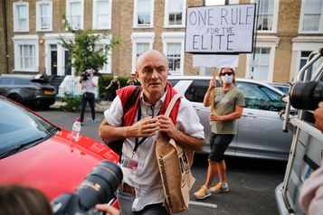 Royaume-Uni: la fronde s'intensifie contre le conseiller de Boris Johnson)