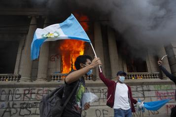 Des manifestants mettent le feu au Parlement du Guatemala)