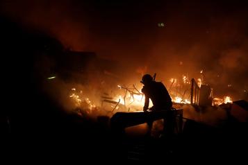 Hong Kong: grand incendie à l'entrée de l'Université polytechnique