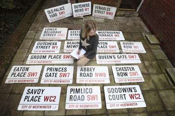Des dizaines de panneaux de rues londoniens aux enchères)