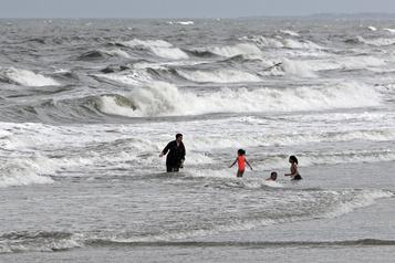 Isaias redevient un ouragan et se dirige vers les Carolines)