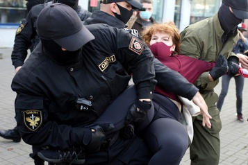 Biélorussie: des centaines d'arrestations lors d'une manifestation de femmes)