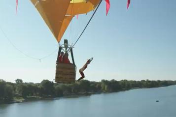Plongeon de haut vol Lysanne Richard établit un nouveau record en sautant d'une montgolfière)
