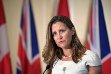 Des manifestants font taire Chrystia Freeland