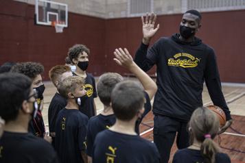 Chris Boucher à la rencontre des jeunes basketteurs de Montréal)