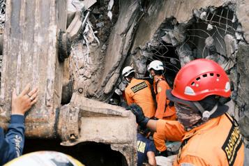 Séisme en Indonésie Les sauveteurs cherchent des survivants )
