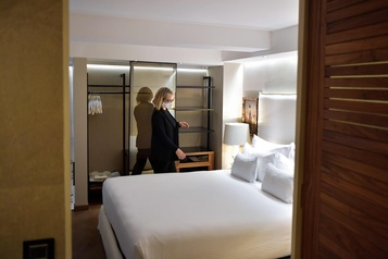 Certains hôtels de Barcelone se réinventent pour survivre)