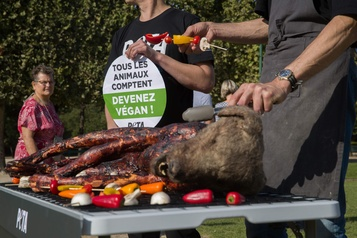 Un «chien» sur le barbecue pour interpeller les touristes de Paris