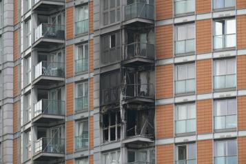 Un incendie ravage un immeuble à logements de Londres)